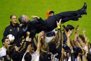 Mourinho manteado en la celebración de la Liga